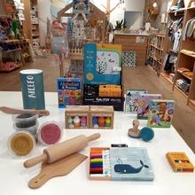Nos encanta la plastilina Orgánica, con el set de 5 sellos o el set de madera , para que los peques puedan moldear y hacer verdaderas esculturas de plastilina mientras hidratan sus manitas, ya que contienen aceites naturales!! O si prefieren los libros pizarra que vienen con 4 ceras de colores libres de cal y son muy fáciles de limpiar.  También nos pueden sorprender con los cuentos que se inventen jugando con las cartas de Crea una historia🤹🏻♀️🤹🏻♂️ #mrbambukids #slowfashionforkids #juguetesecologicos #juguetesseguros #regalosespeciales #aprenderjugando #baby #kidsroom #playroom #ecokids