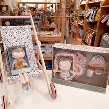 Buenos días.!!!🧡🧡🧡 Nos siguen llegando monadas para los más peques. Nos encantan las muñecas en varios tamaños con sus accesorios y ahora con el carrito de paseo. #mrbambukids #muñecadetela #muñecosdetrapo #sillapaseo #cochecitomuñecas #babytoys #juegodeimitacion #kidsroom #playroom #ecokids #regalosbonitos #juegossostenibles
