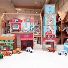 Buenos días!!!!🧡🧡🧡 Viernes y 🌝🌝🌝. Nos encantan los juguetes de madera y otra marca de la que estamos encantados Scratch.  Por un lado los Play Box, donde las cajas se convierten en una casa de juegos: desde un garaje con sus coches, una granja, un hospital o un safari.  Y el Stacking Tower On the road, una colorida torre apliable que trae un coche de bomberos, una ambulancia y un helicóptero, todos de madera, donde los más peques podrán desarrollar toda su imaginación. Stop plástico✋  #mrbambukids #plasticfree #regalosespeciales #scratcheurope #juguetessostenibles #juguetesmadera #kidsroom #playroom #sostenible #ecokids